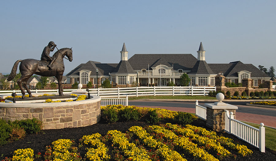 Statue and clubhouse in Bulle Rock in MD